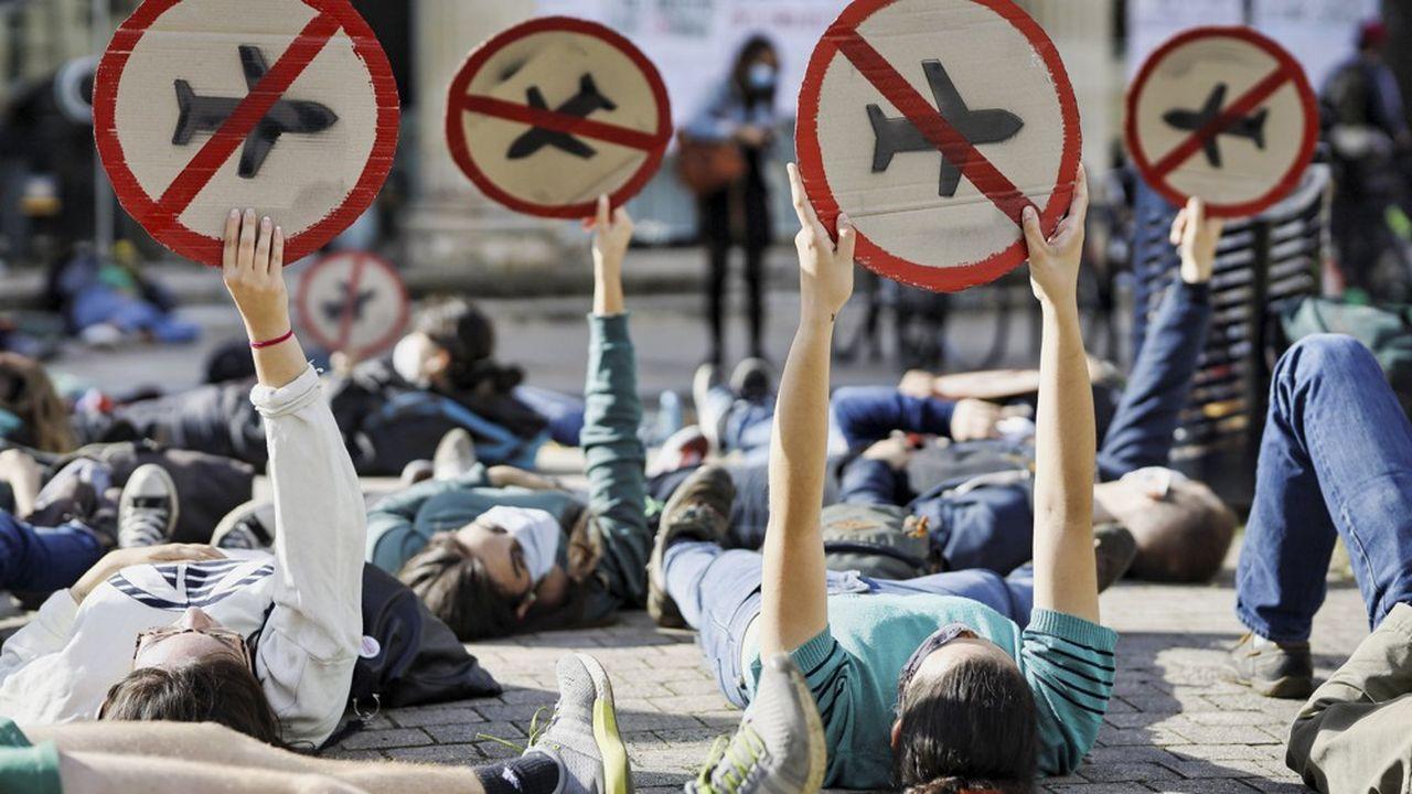 Une manifestation à Bordeaux, le 17juin, organisée devant une agence Air France parExtinction Rebellion etANVCOP21 Gironde.