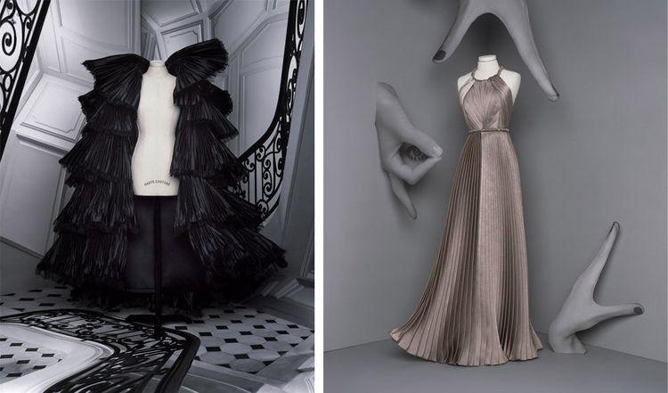 A gauche : DOROTHEA, ample manteau corolle volanté en shantung nuit plissé à la main et effrangé. A droite : HEDDA, robe longue « Péplum » plissée en crêpe satin grège.