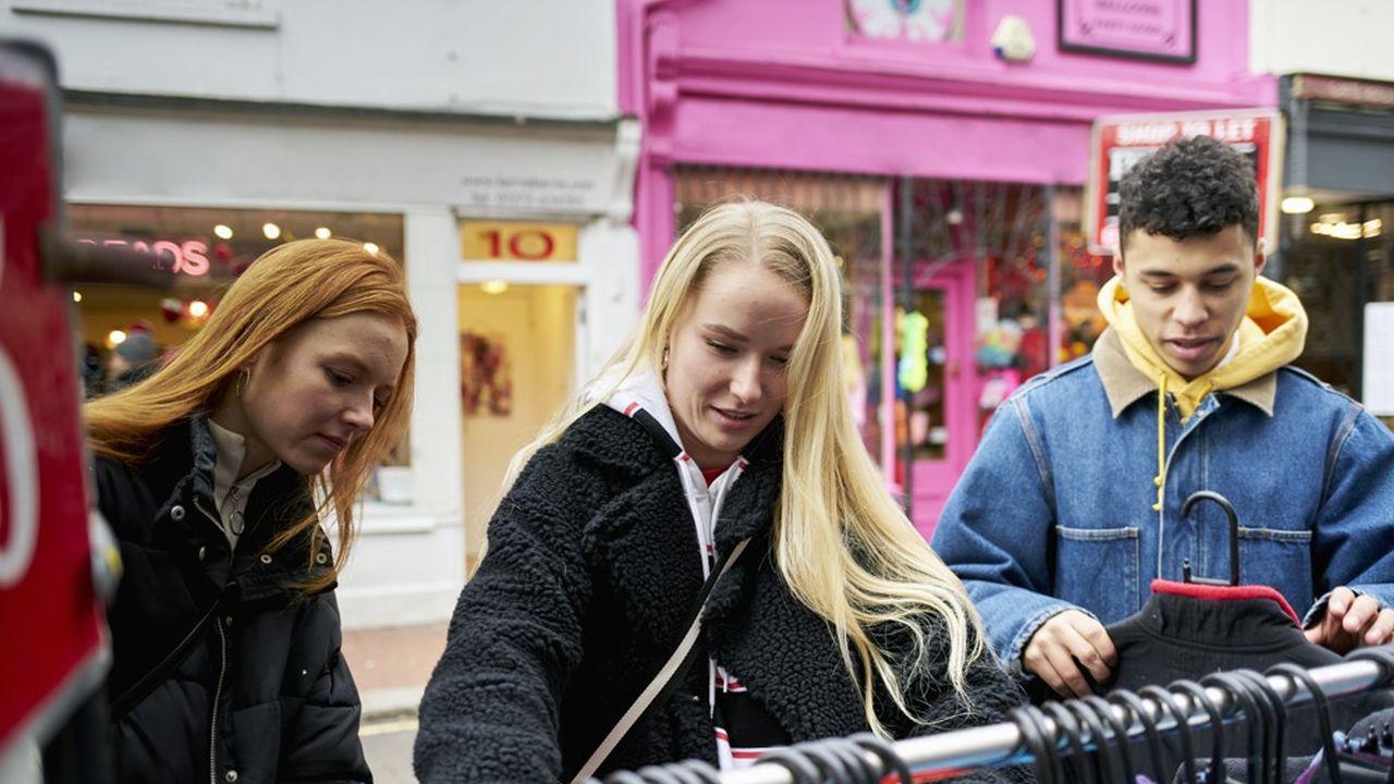 En France, un vêtement sur deux est vendu en soldes et 40% du chiffre d'affaires des marques est tiré des vêtements vendus au rabais.