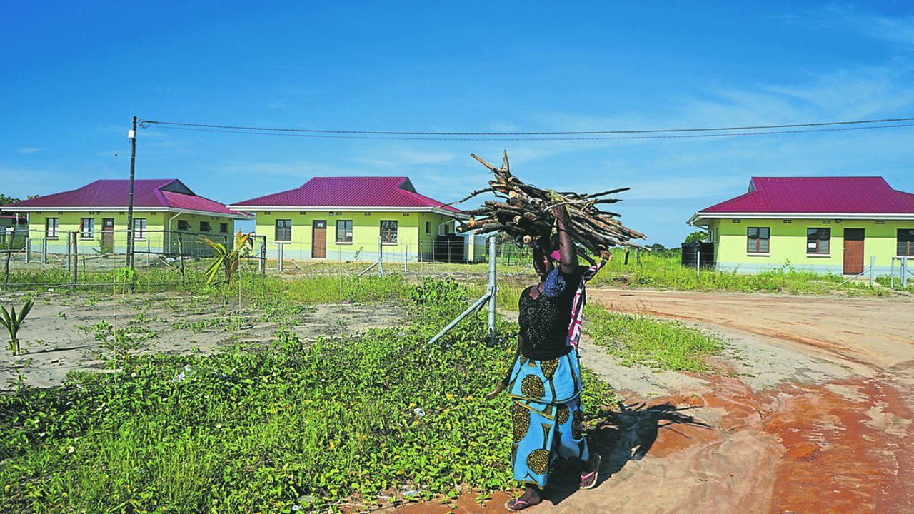 Quelque 556 familles ont dû quitter leurs villages et être relogées pour faire place aux projets gaziers du Mozambique, selon l'association Les Amis de la Terre.