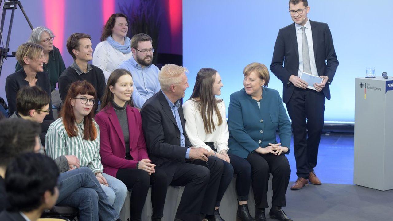 La chancelière allemande, Angela Merkel (qui participait à un «dialogue citoyen» en mars2019), a reconquis le coeur des Allemands grâce à sa gestion de la crise sanitaire.