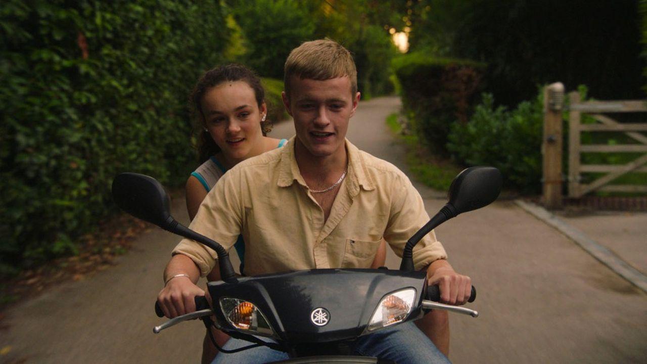 Leigh (Frankie Box) vit de nombreuses aventures avec son imprévisible demi-frère (Alfie Deegan).