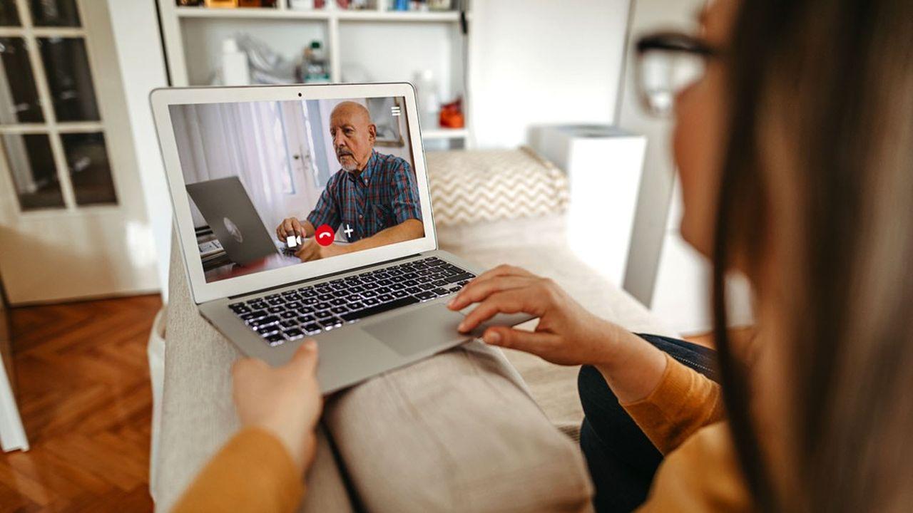 Une psychologue en téléconsultation avec une patiente.