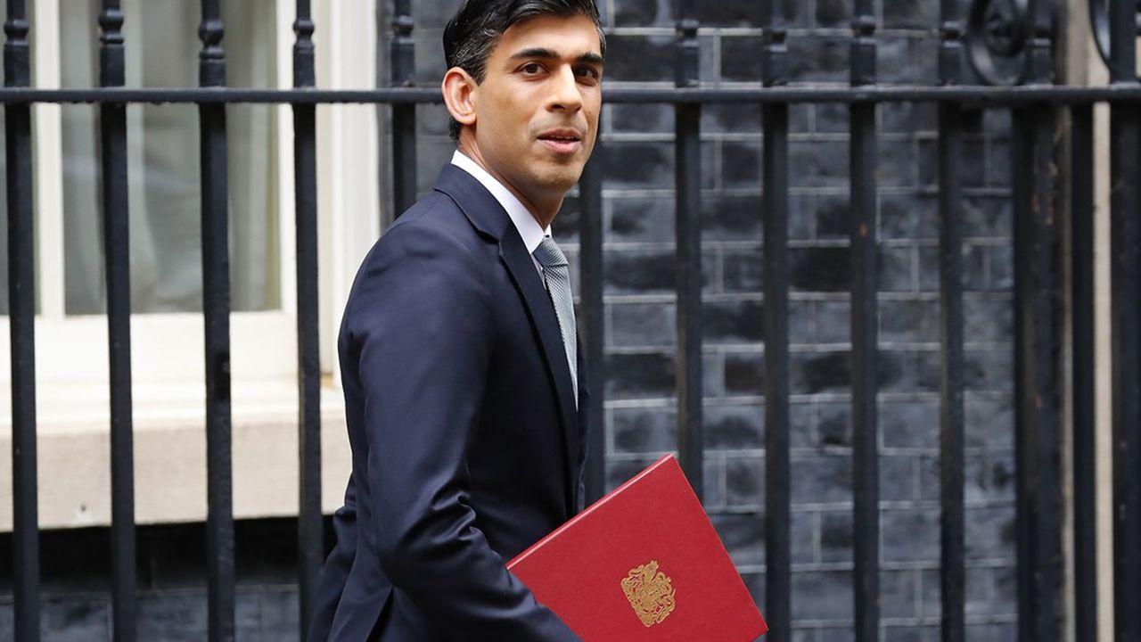 Le Chancelier de l'Echiquier, Rishi Sunak, quitte le 11 Downing Street, avant de présenter ses mesures à la Chambre des Communes mercredi.