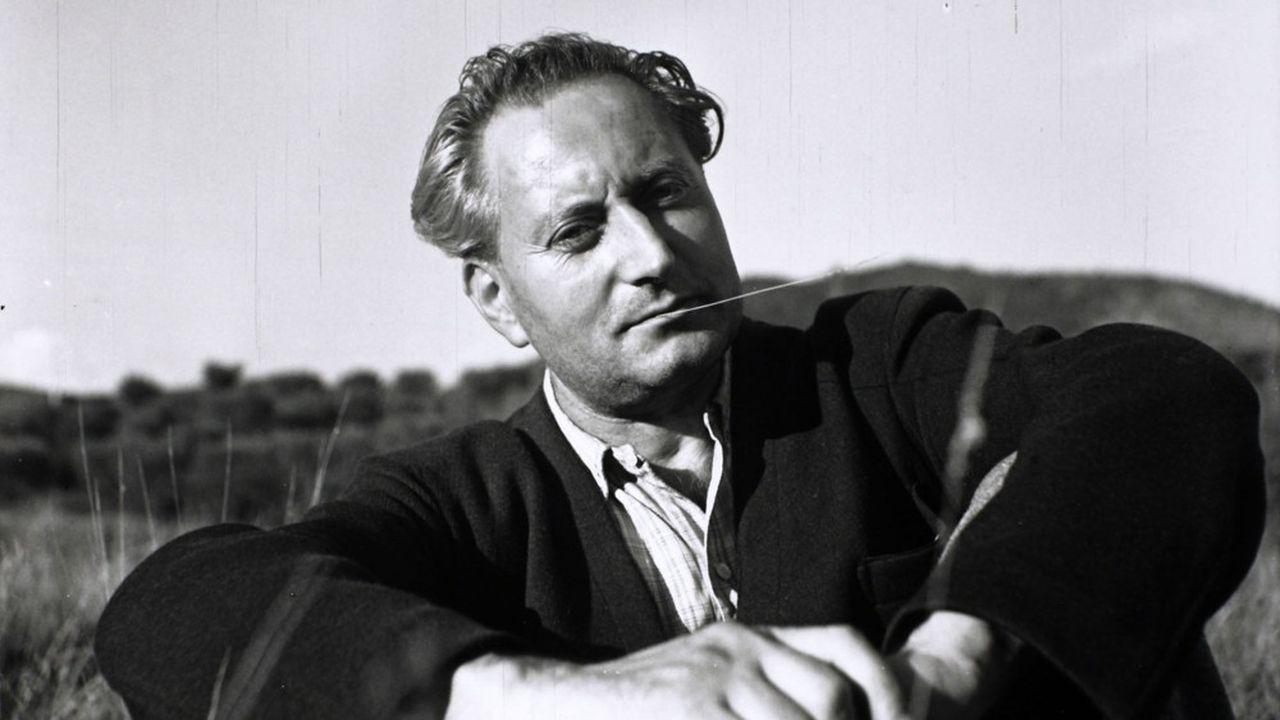 Jean Giono assis dans un pré quelque part aux environs de Manosque. Photo de Denise Bellon en 1941.