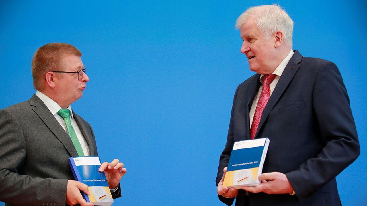 Le ministre de l'Intérieur Horst Seehofer (à d.) et le président de l'Office fédéral de la constitution Thomas Haldenwang ont présenté jeudi le rapport annuel de l'institution garante de la sécurité et de la défense de la démocratie en Allemagne.