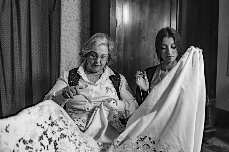 Avec les ateliers vidéo #DGFattoincasa, Dolce & Gabbana a présenté les compétences des artisans de la maison.