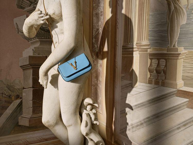 Le logo V, Versace, qui a servi le défi #VerVersace.