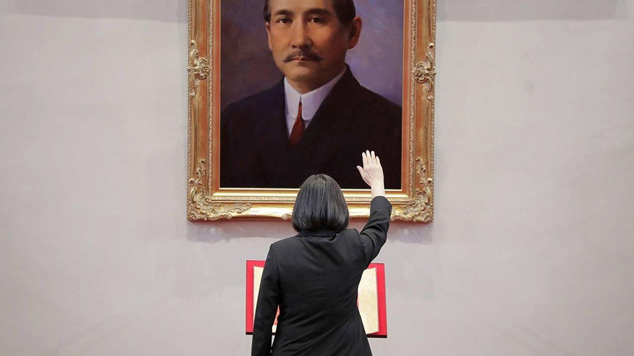 Le 20 mai 2020, Tsai Ing-wen, réélue présidente de Taïwan le 11 janvier avec 57% des voix, prête serment devant le portrait de Sun Yat-sen, premier président de la République de Chine en 1912.