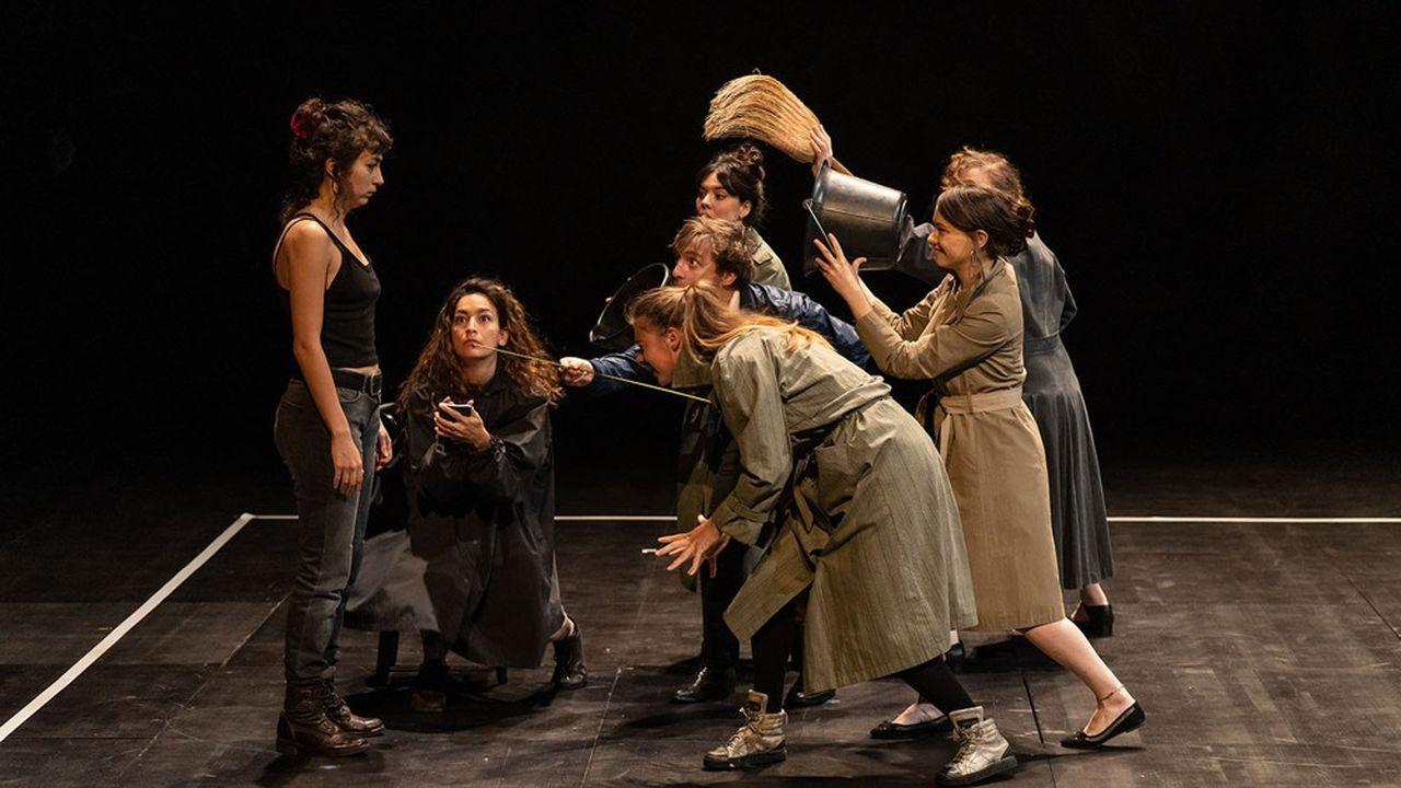 La mise en scène, dépouillée, repose sur le jeu intense de la troupe. Hatice Özer (à gauche) incarne avec conviction le personnage de Nour.
