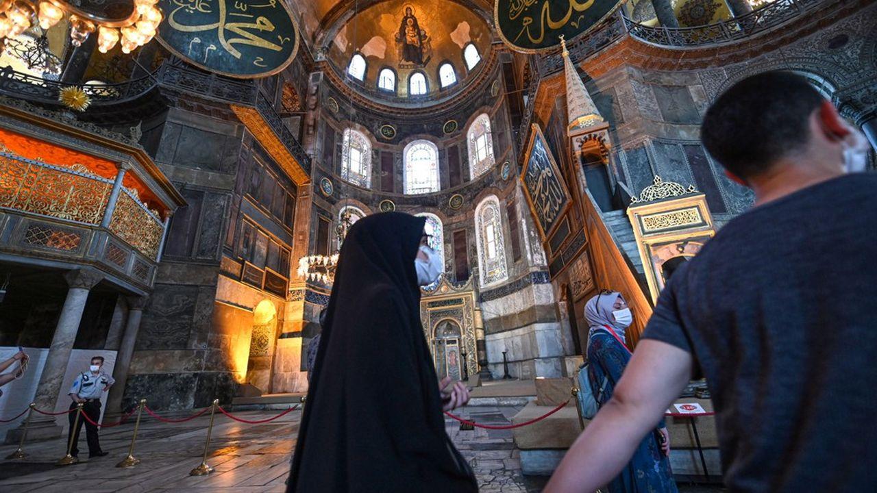 Des visiteurs turcs devant l'Omphalion, lieu de la cérémonie de couronnement des empereurs romains d'Orient.