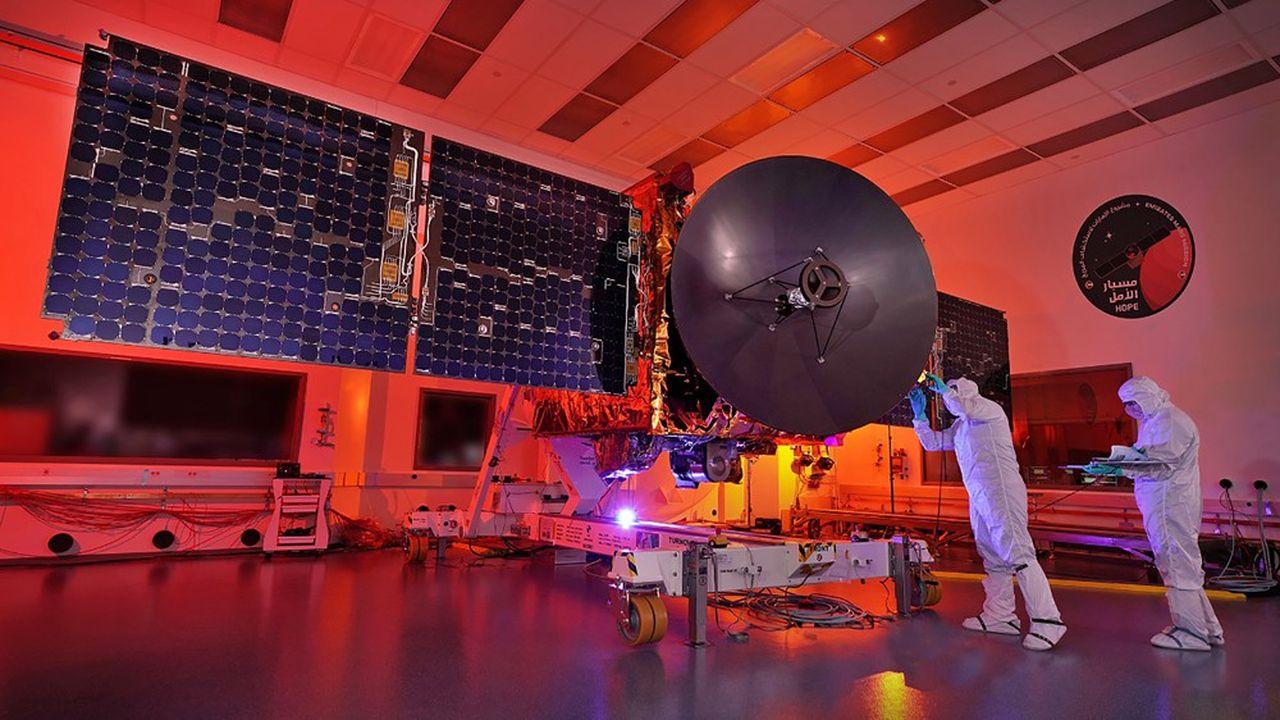 Haute de presque trois mètres, équipée d'une caméra embarquée et de capteurs infrarouge et ultraviolet, la sonde doit permettre de mieux connaître l'atmosphère martienne.