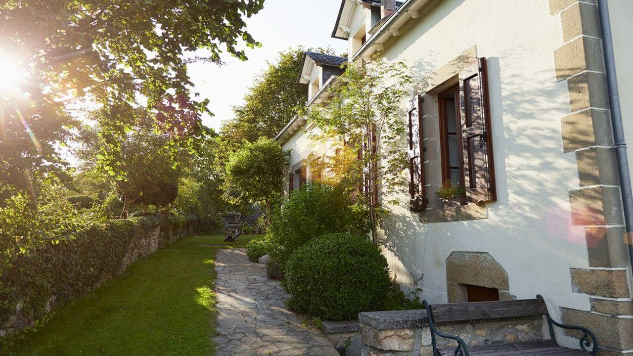 Les maisons en pierre les plus abordables démarrent entre 110.000 à 150.000euros pour un deux à trois chambres de 90m²à 100m² et un jardin de 500 à 700 m².