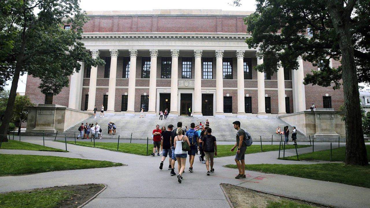 Des étudiants devant la bibliothèque Widener de l'université de Harvard à Cambridge, près de Boston.