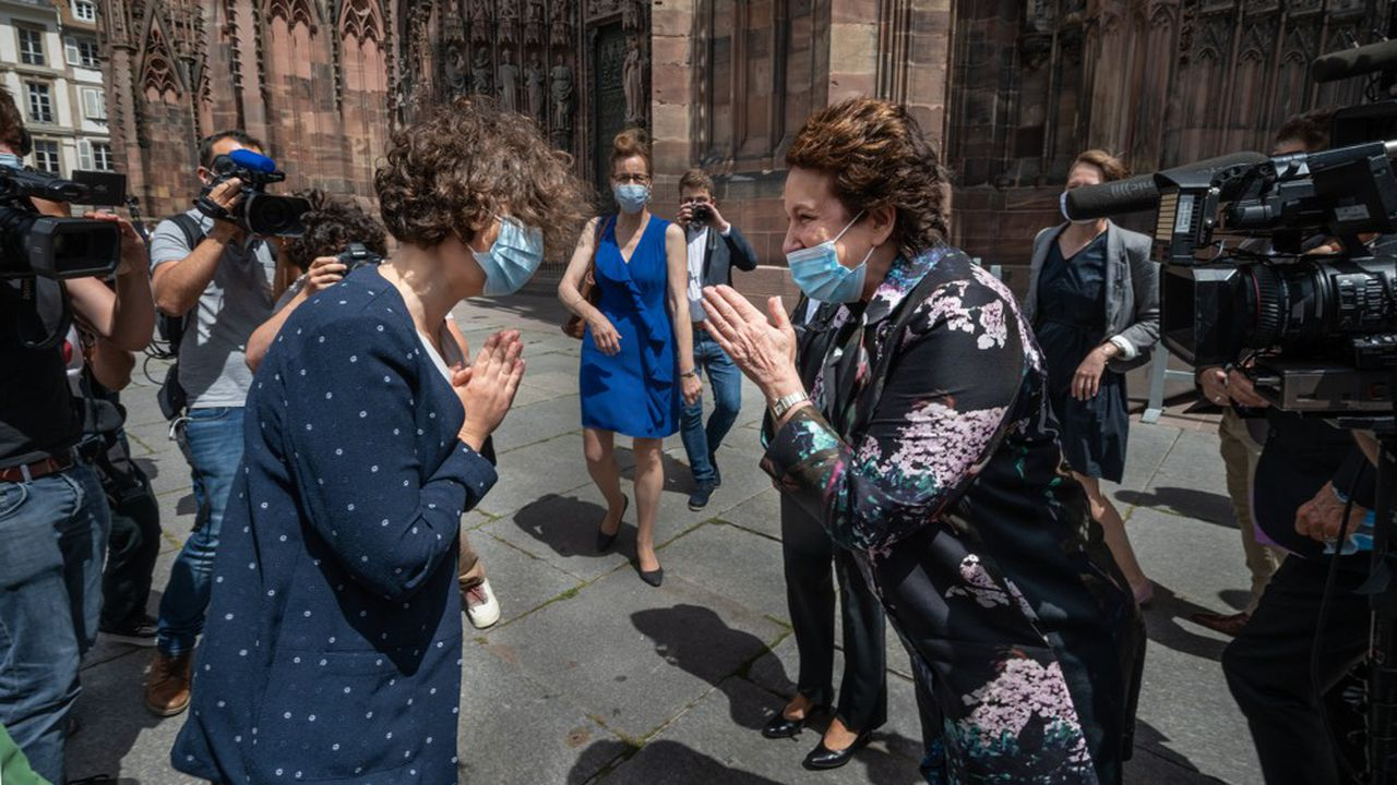 Roselyne Bachelot a été accueillie par la nouvelle maire de Strasbourg, Jeanne Barseghian, sur le parvis de la cathédrale.
