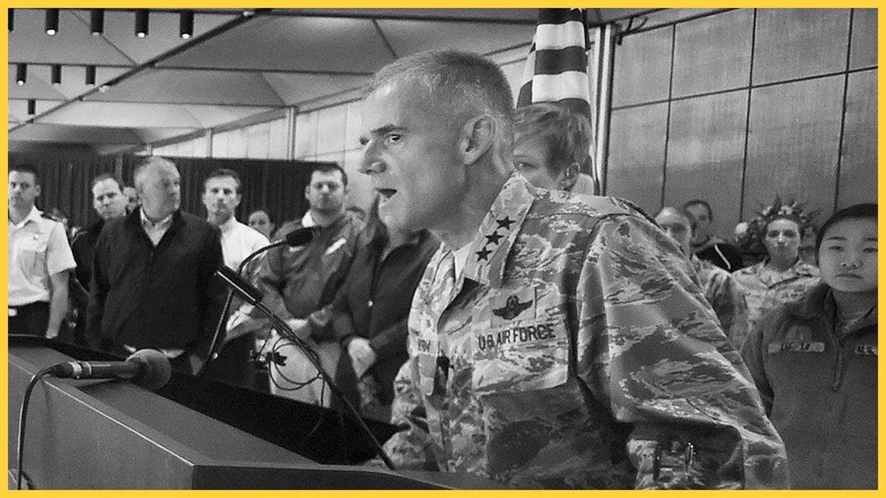 Le Lieutenant Général Jay Silveria convoque le 20septembre 2017 tout le personnel et les élèves de l'US Air Force Academy, après que des inscriptions racistes ont été retrouvées sur la porte de chambre de cinq élèves noirs.