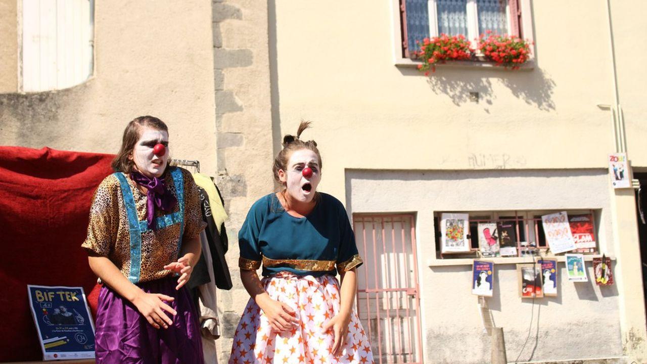 Entre performance clownesque, acrobaties et théâtre d'objets ou d'ombres, « Bif Tek » s'adresse autant à un jeune public qu'aux adultes.