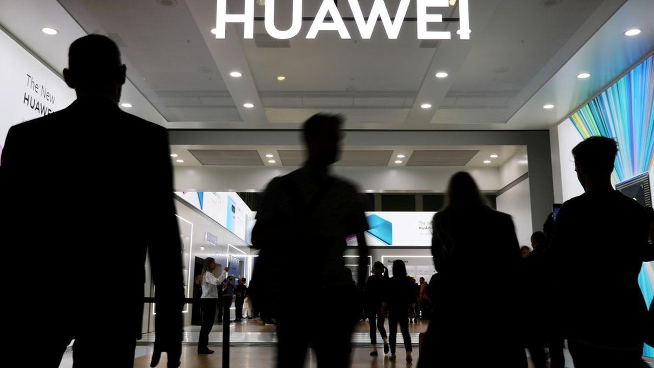 Londres s'était à l'origine contenté de limiter l'intervention de Huawei aux seuls matériels non-coeur de réseau et à plafonner sa part de marché à 35%. Mais la décision prise en mai par Washington d'interdire au groupe chinois de s'approvisionner en puces utilisant la technologie américaine a contraint Londres à revoir sa copie.
