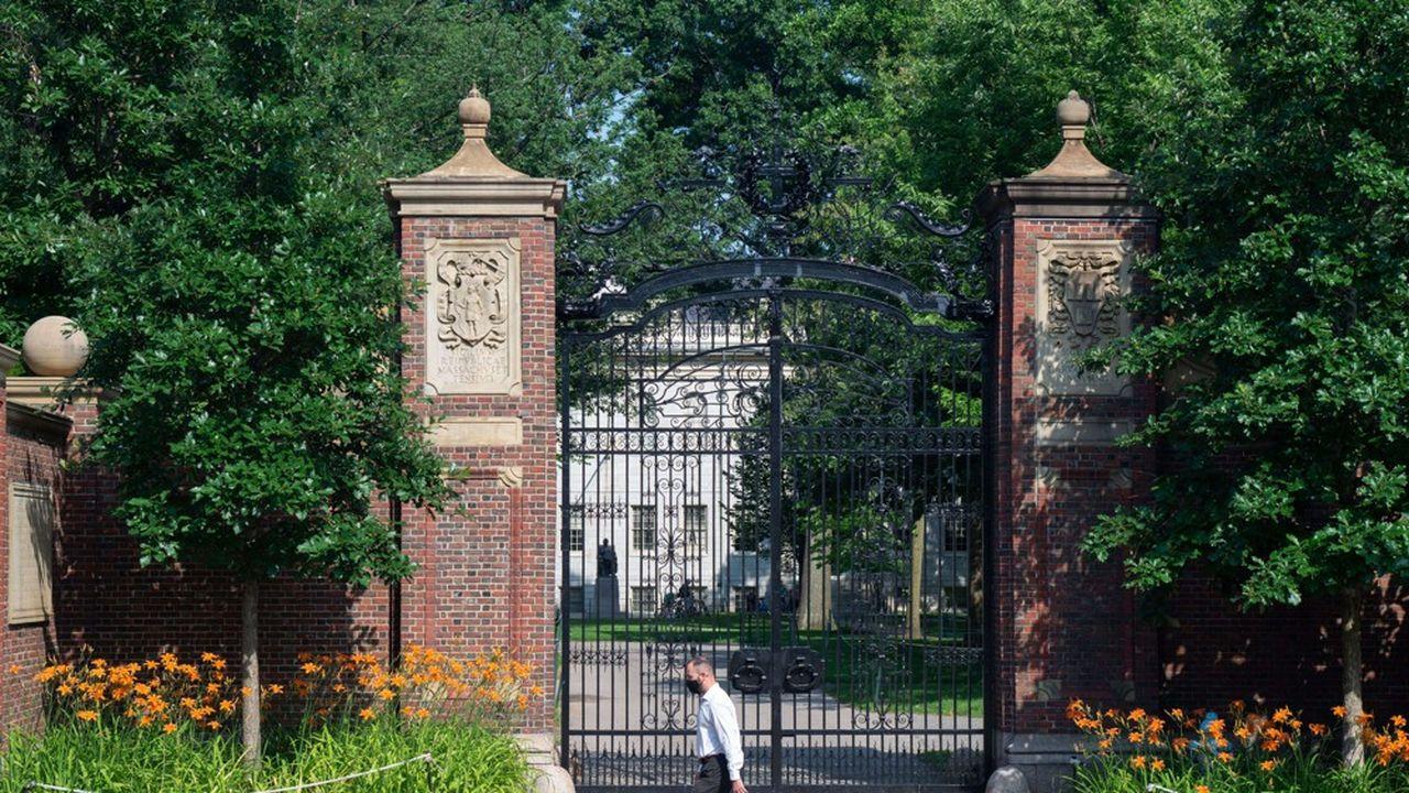 Les universités de Harvard et du MIT, qui comptent à elles deux 9.000 étudiants internationaux, avaient porté plainte contre la mesure.