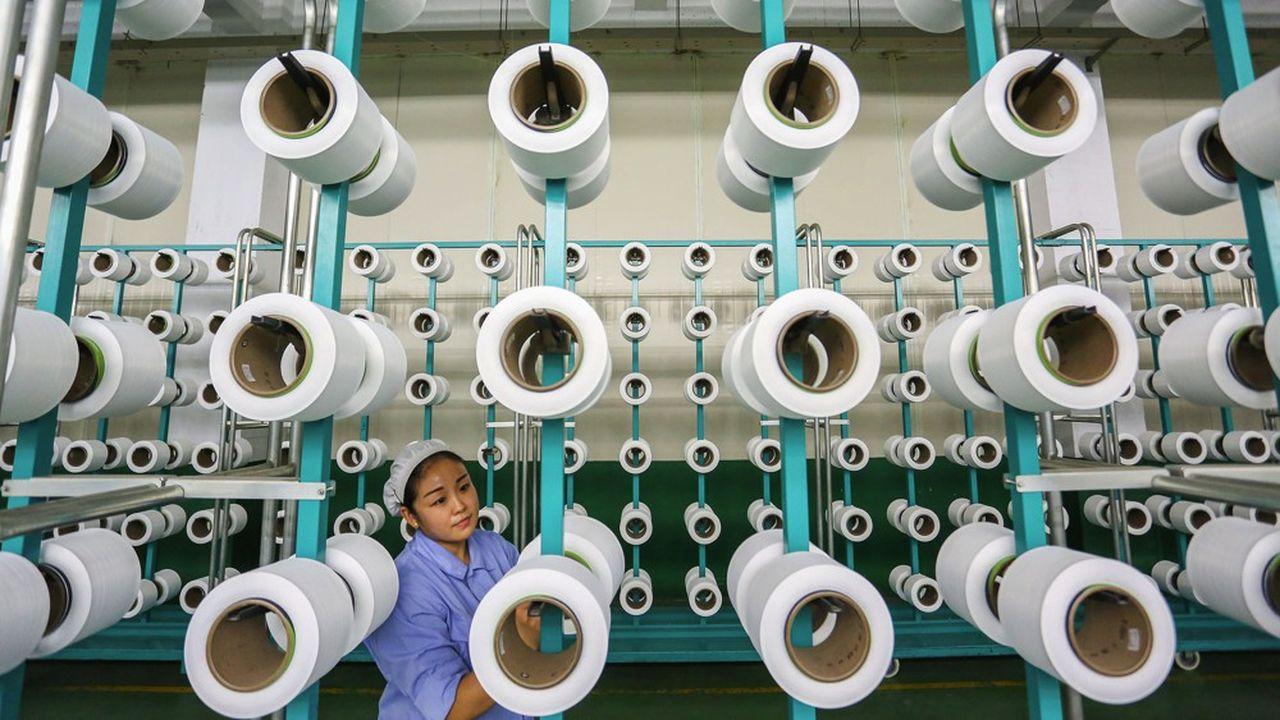 Une travailleuse chinoise dans une usine de textile à Jinjiang.