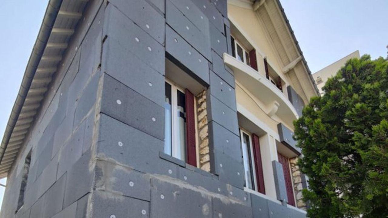 Depuis la fin de 2019, les arnaques à l'isolation des murs extérieurs aboutissent à la multiplication de maisons laissées couvertes de panneaux de polystyrène graphite (de couleur grise) à nu, mal assemblés, les escrocs ayant décampé une fois les aides perçues.