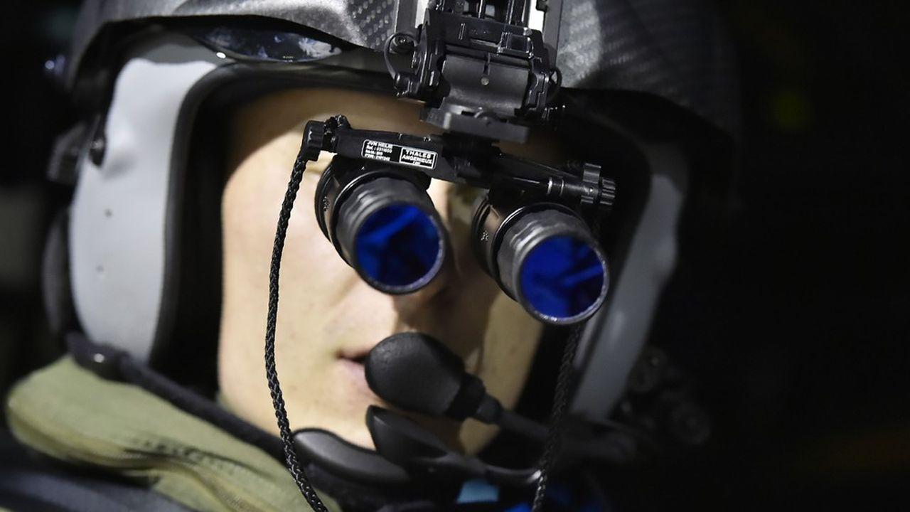 Les pilotes d'hélicoptères s'entraînent la nuit avec des jumelles de vision nocturne pour faire des manoeuvres de ravitaillement en vol, afin d'élargir toujours davantage l'ampleur du combat, notamment au Sahel.