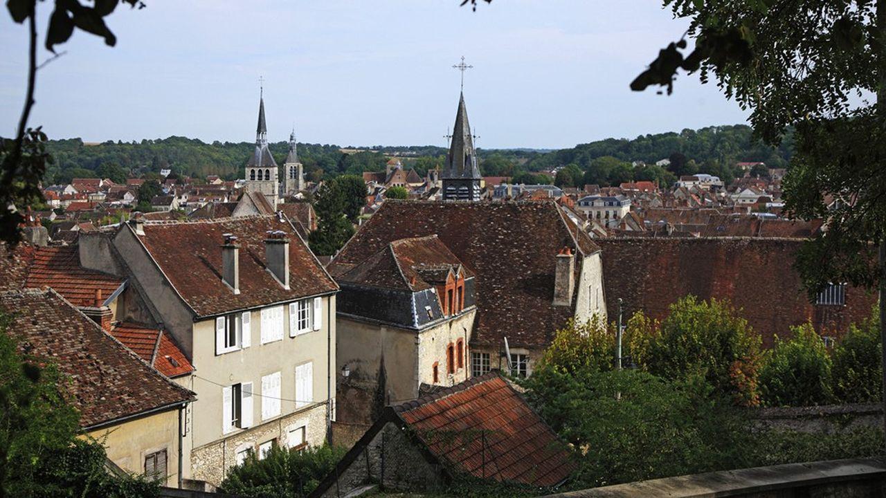 Parmi les coins prisés pour des résidences secondaires et bien reliés, on retrouve la cité médiévale de Provins et ses environs à 90 km à l'est de Paris