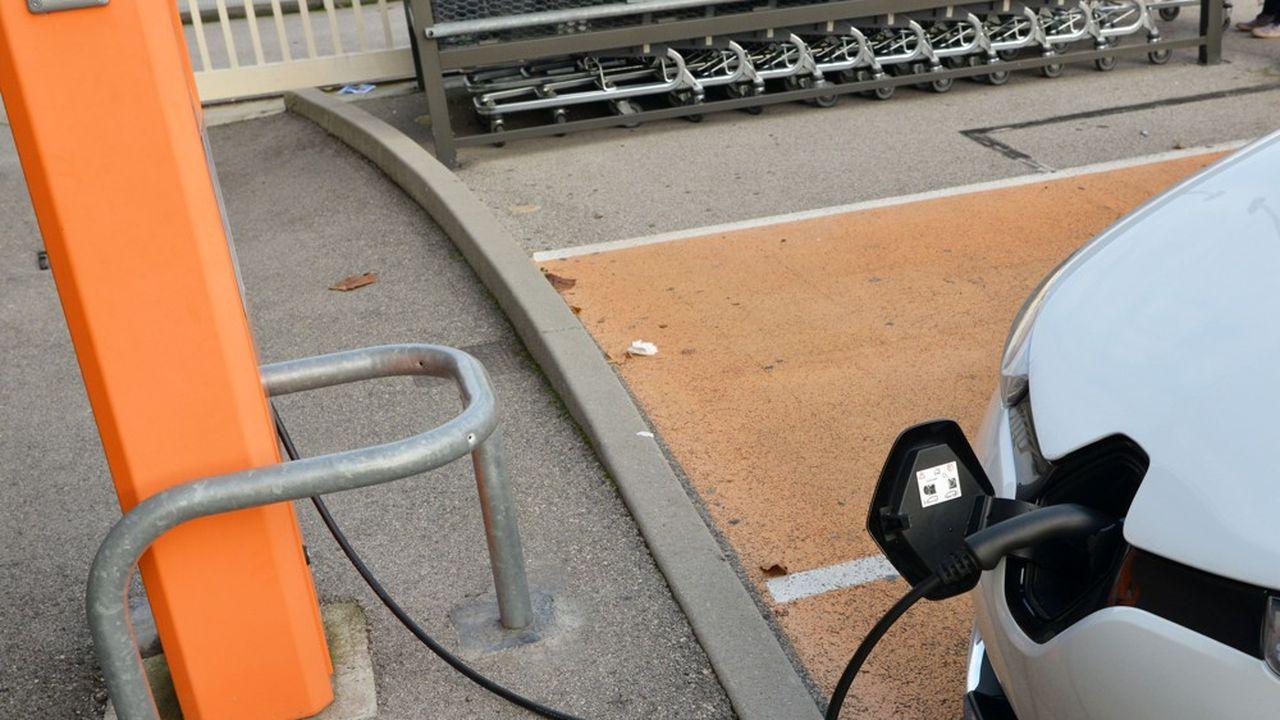 Le V2G consiste àstocker dans les batteries des voitures l'électricité excédentaire et de la réinjecter dans le réseau.