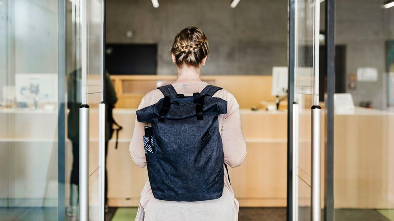Face à la crise économique, de plus en plus de jeunes diplômés décident de prolonger leurs études pour éviter de rentrer sur un marché de l'emploi déprimé.