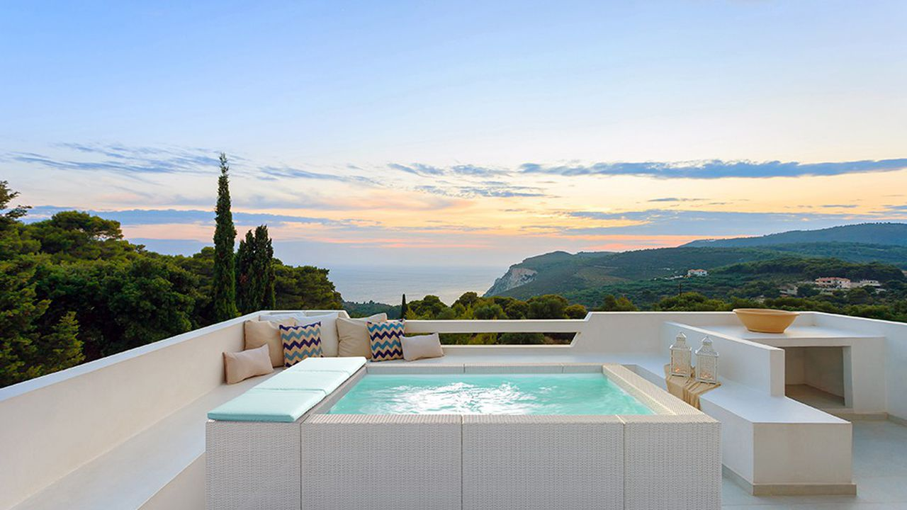Le luxe et la volupté: une terrasse avec son bassin hors-sol…