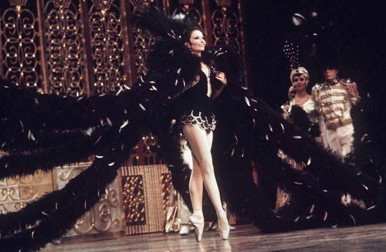 Photo prise en février 1972 lors d'un spectacle donné par Zizi Jeanmaire et sa troupe au Casino de Paris.