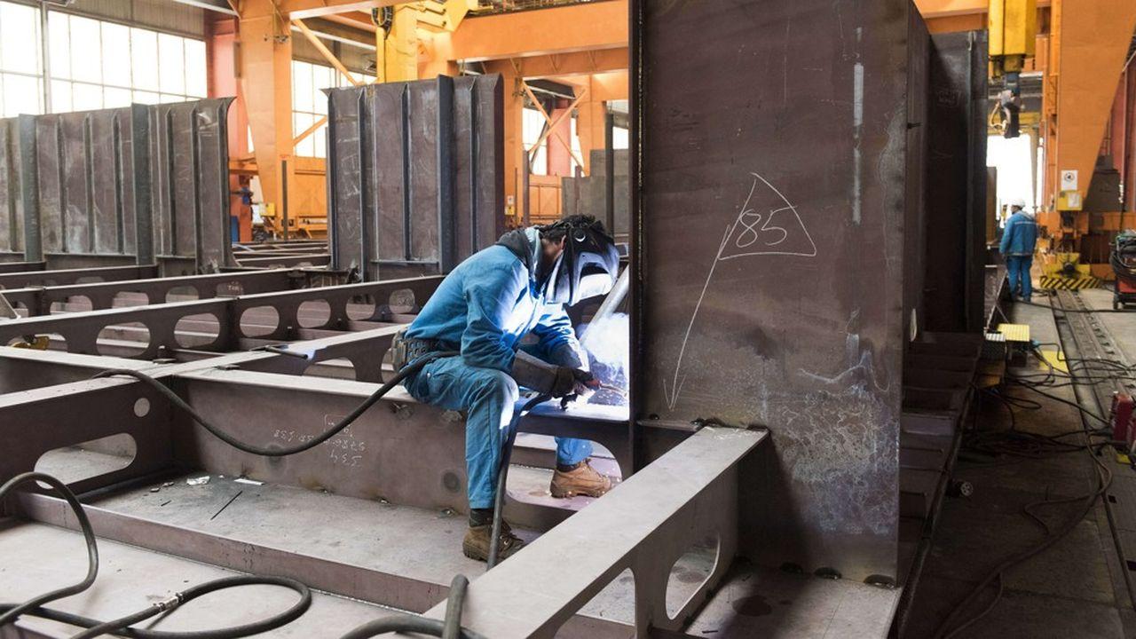 Un ouvrier sur le chantier naval de Saint-Nazaire.