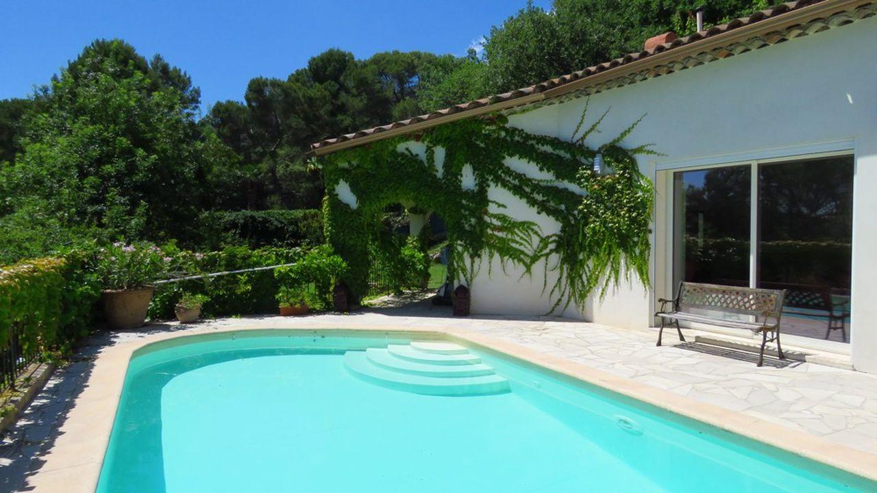 Construite en 1989, cette villa est juchée sur un terrain avec piscine de 1.544 m²