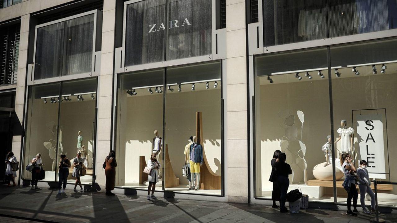 La société mère de Zara, Inditex, a ainsi annoncé en juin qu'elle allait fermer 1.200 magasins, capitalisant notamment sur la vente en ligne boostée par le confinement.