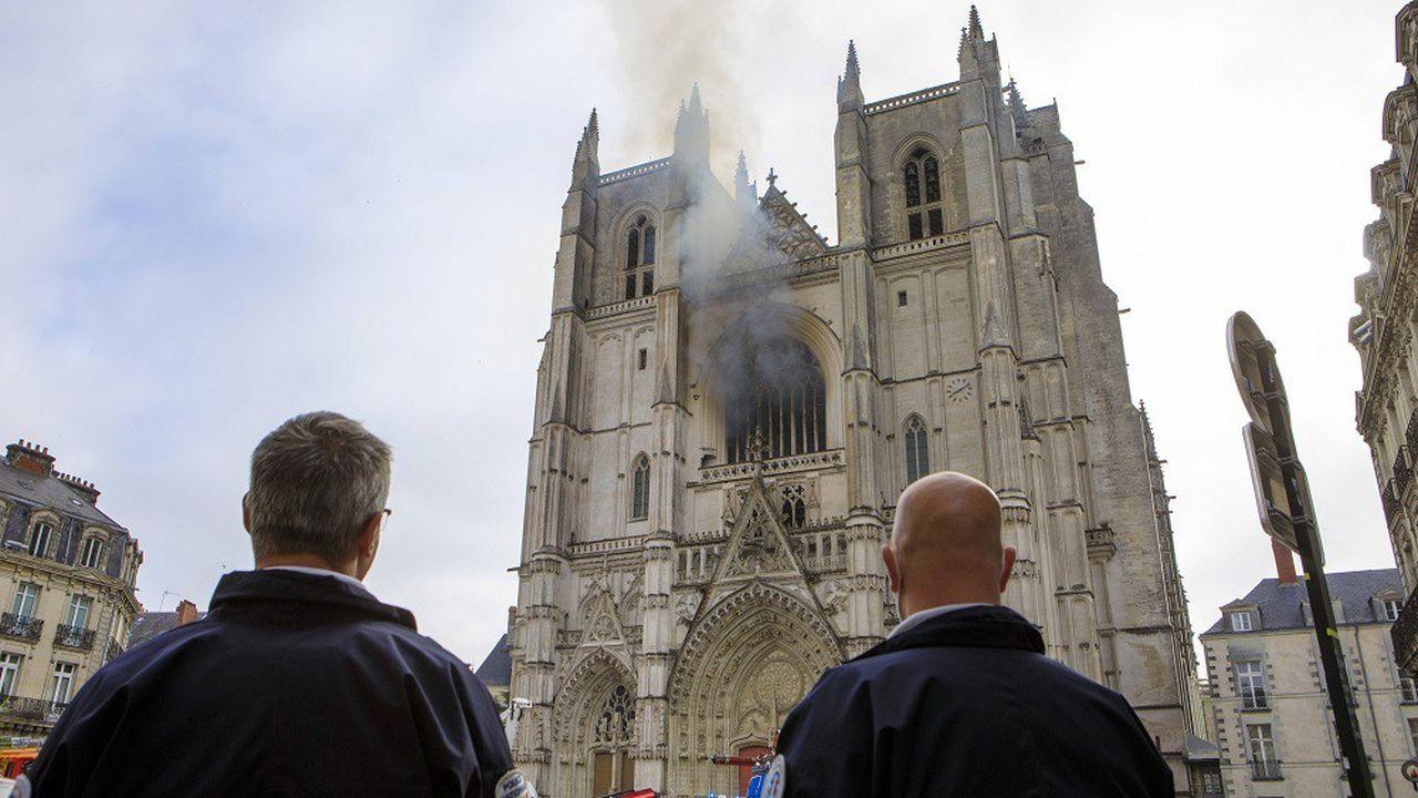 Ce sont des passants qui, apercevant des flammes derrière la rosace, ont alerté les secours.