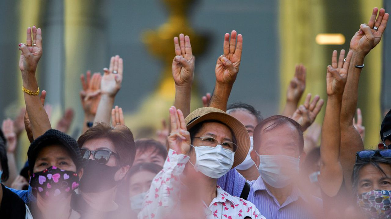 Les manifestants se sont rassemblés autour du monument de la Démocratie à Bangkok.