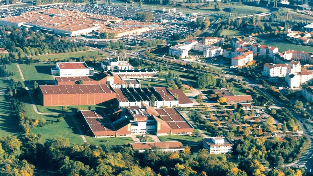 A sa création en 1982, le site de Saint-Genis-Laval, conçu pour produire 120millions d'unités par an, était la principale usine de Rhône-Poulenc dans le monde.