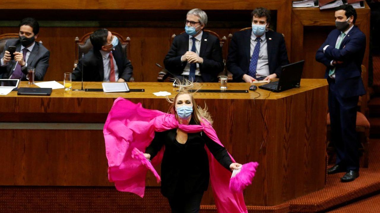 En pleine crise économique et sanitaire, les députés chiliens ont voté le droit pour les salariés de puiser jusqu'à 10% dans l'épargne-retraite.