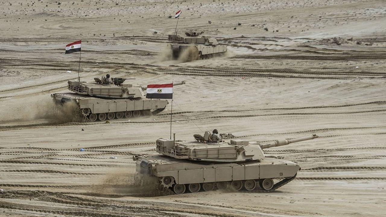 Les chars égyptiens, ici lors de manoeuvres dans le désert, seraient mobilisés vraisemblablement en cas d'intervention en Libye.