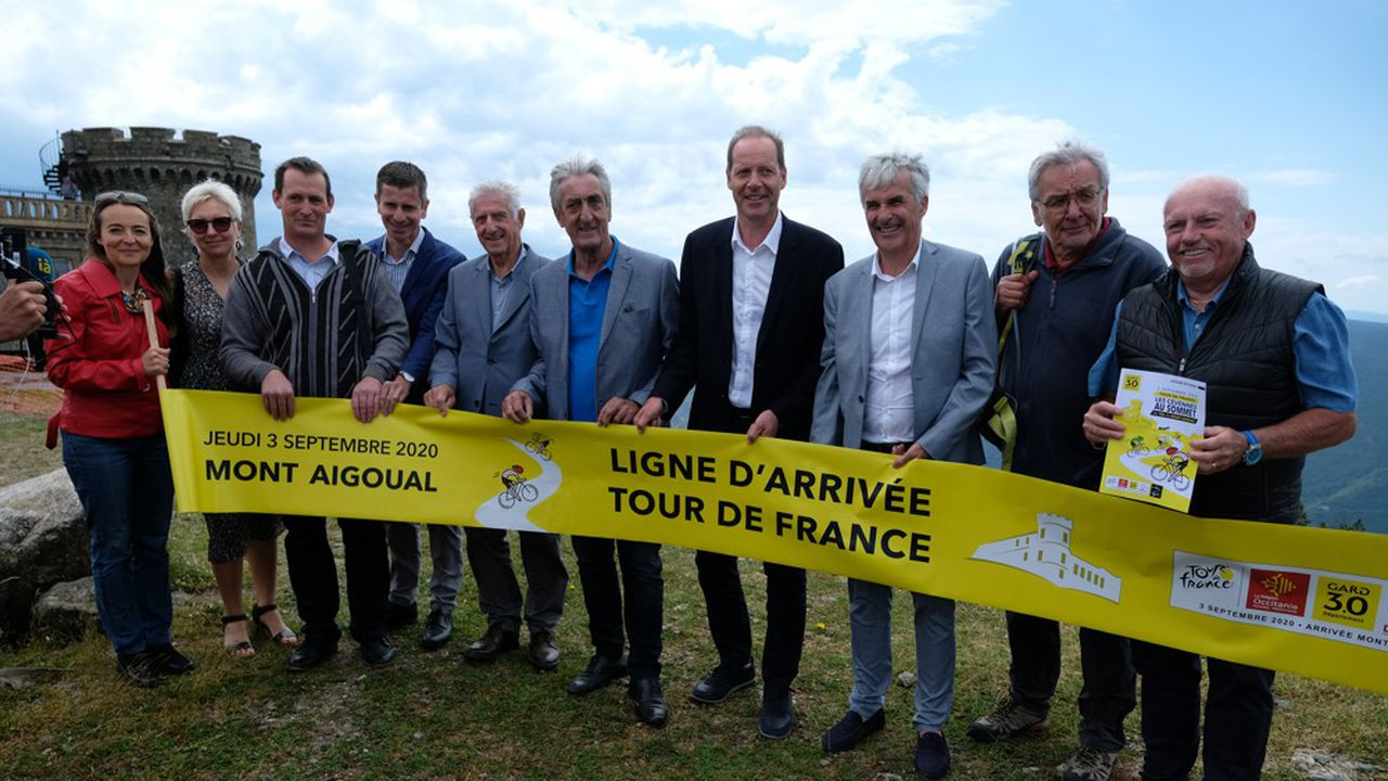 Le directeur du Tour de France, Christian Prudhomme (quatrième en partant de la droite), s'est rendu au Mont Aigoual le 2juillet