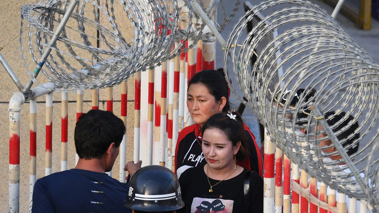 La présence policière chinoise s'est considérablement renforcée au Xinjiang. Cette photo prise en mai2019 montre les barrages mis en place à l'entrée du marché de Hotan.