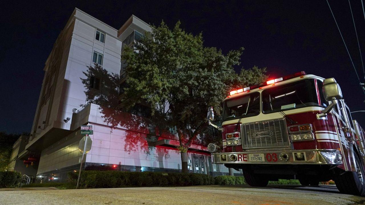 Un camion de pompiers est posté devant le consulat de Chine à Houston où le personnel s'est dépêché de brûler des documents à l'annonce de la fermeture du lieu par les autorités américaines.