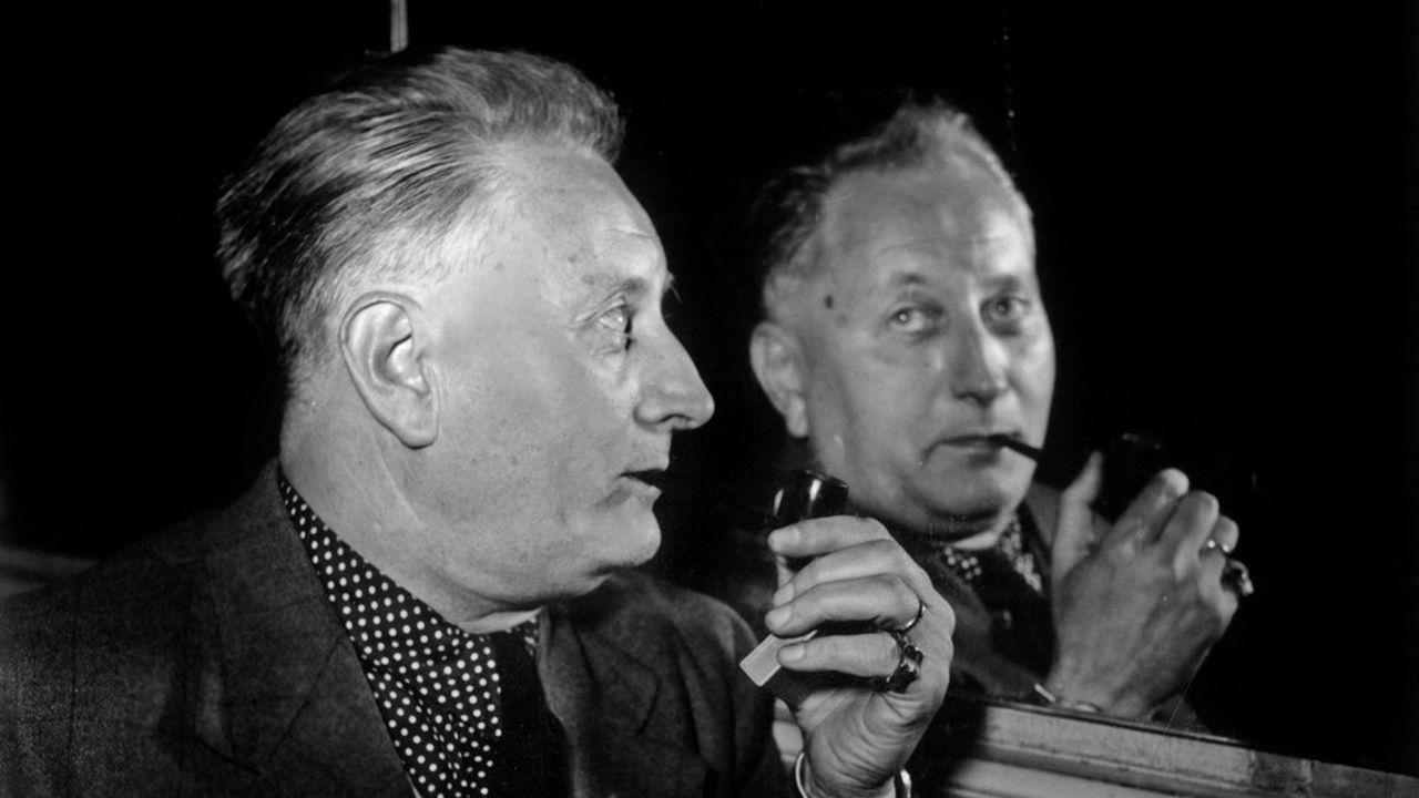 Jean Giono dans les années 1950, avec sa pipe à la Maigret…