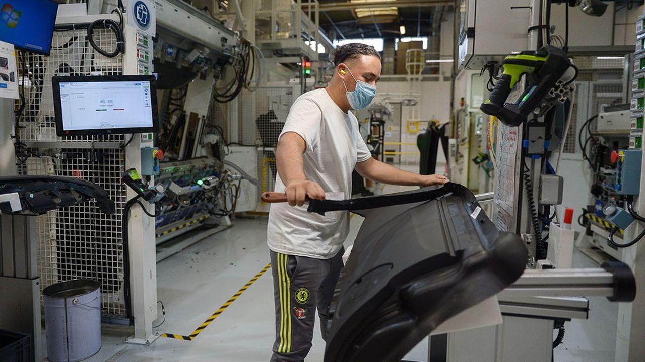 Un ouvrier de l'usine Faurecia, le 9 juillet 2020.