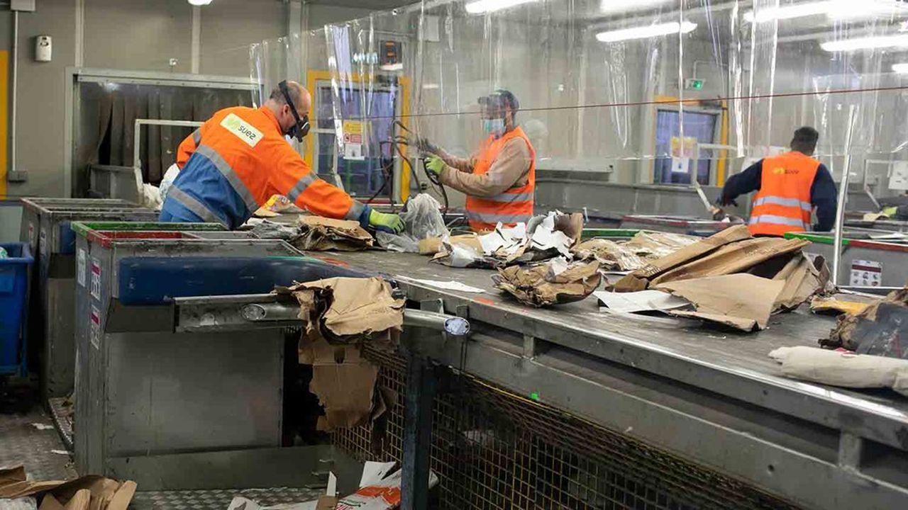 Dans un centre de tri des déchets de nouvelle génération à Paris.