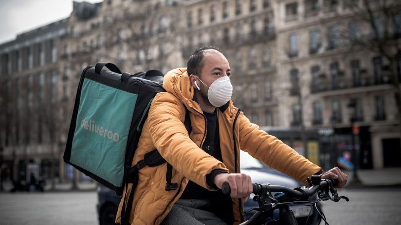 Un livreur Deliveroo sur les Champs-Elysées, à Paris.