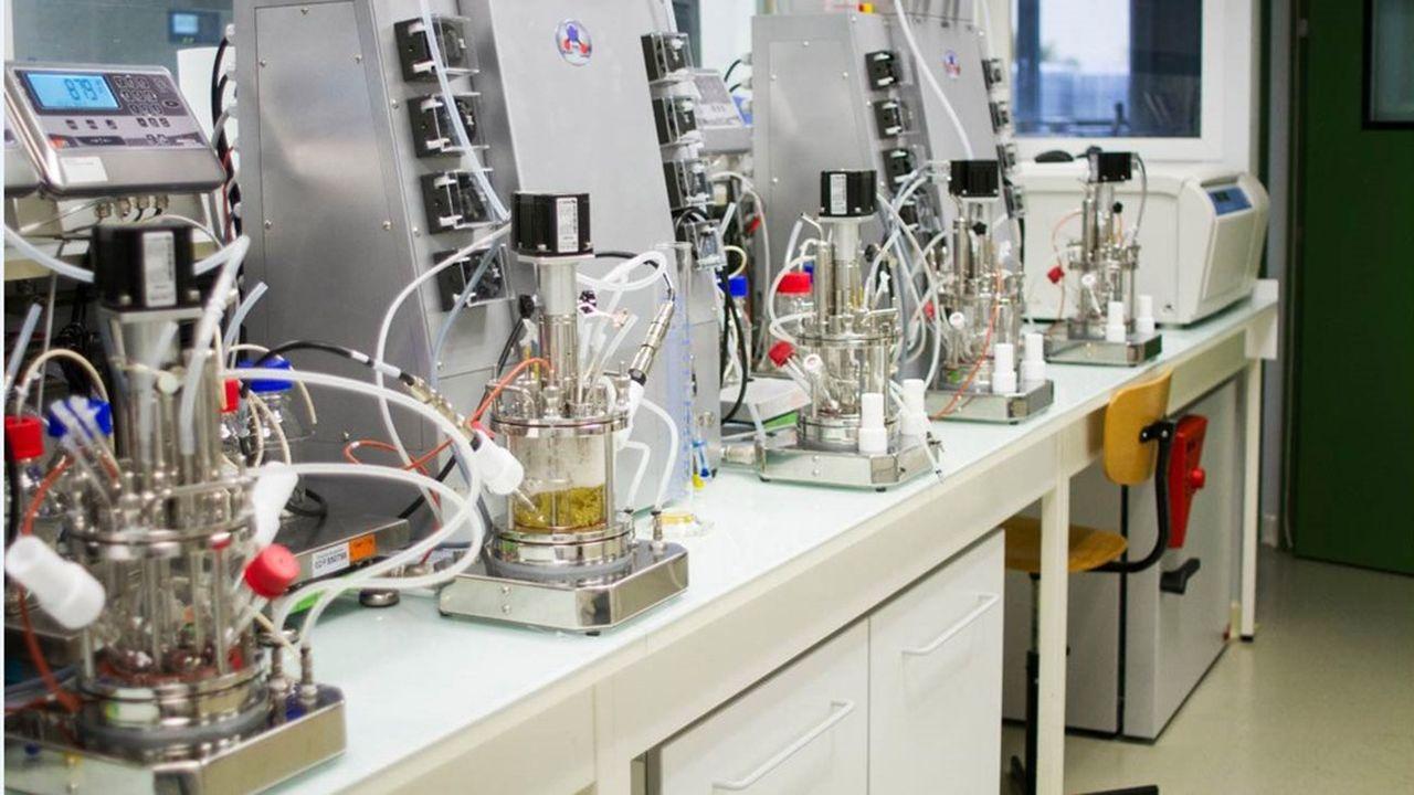 Les enzymes «recyclent» en déstructurant le polymère, qui retrouve son état de base, mais elles ne sont pas omnivores: un type d'enzyme ne traite qu'un seul type de résine. Carbios a axé ses recherches sur les enzymes pour PLA (une résine de pots de yaourts notamment) et PET (les bouteilles d'eau et de soda).