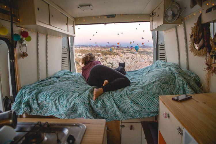 Mendy voyage à bord de son van avec son compagnon Damien et leur chat, ils viennent de faire route .de la France jusqu'en Inde