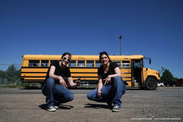 Après avoir testé (presque) tous les types de véhicules aménagés, Clem et Mumu sont en train de retaper un bus scolaire pour leur prochain périple.
