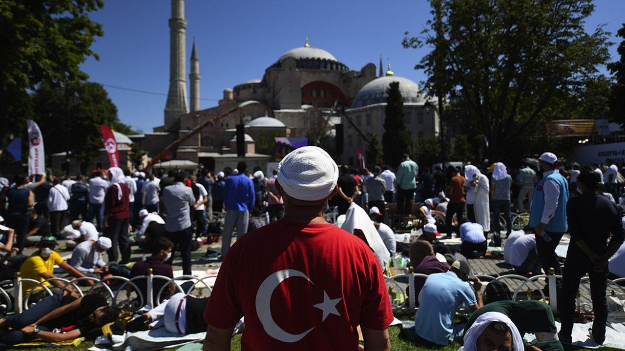 Des musulmans attendaient à l'extérieur de la Basilique Sainte-Sophie, redevenue une mosquée sur ordre du régime turc, et où des prières du vendredi ont été organisées pour la première fois depuis 1934 malgré les protestations internationales.